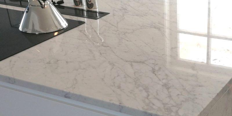 Benkeplater til kjøkken av Carrara-marmor